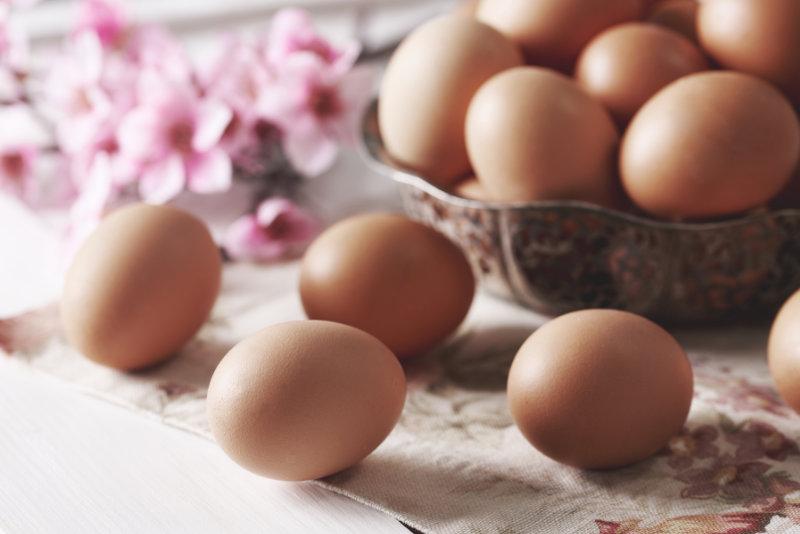 Chicken eggs in bowl at kitchen